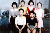 """1997年,在刘洋即将从郑州十一中毕业时,空军要在河南选拔第七批女飞行员,怀着对航天飞行的憧憬,刘洋想报名参加,并把这个想法告诉了她当时的班主任武秋月。""""高考上重点大学,机会很多,但成为飞行员,也许只有这一次机会。""""武秋月老师的话坚定了刘洋的信心,她自豪地报考了长春第一飞行学院。图:刘洋小升初时成为年级仅有的6名保送生之一,后排右数第二个为刘洋。"""