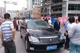 """6月23日中午,姜堰市建材路发生一起交通事故,一辆黑色丰田轿车将行走在路边的一对情侣撞倒,男孩受伤,女孩被送到医院后不治身亡。肇事司机陈文亚为姜堰政协副主席,驾驶的是公务用车。图为肇事车""""苏MM0029""""。"""