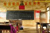 学生上课的教室,墙上和桌椅都已经剥落霉变。