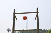 操场上,男孩子们最喜欢的体育设施,篮球架。