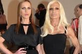 如果说近年来最被时尚圈关注的发布,一定非刚刚结束不久的Dior 2012秋冬高级定制秀了。不但有明星助阵,一众时尚大咖的到场也让这场秀变得话题十足!设计师Marc Jacobs、Diane von Furstenberg、Donatella Versace、Elber Albaz等,绝对难得一见的场景。图为:Donatella Versace(右)