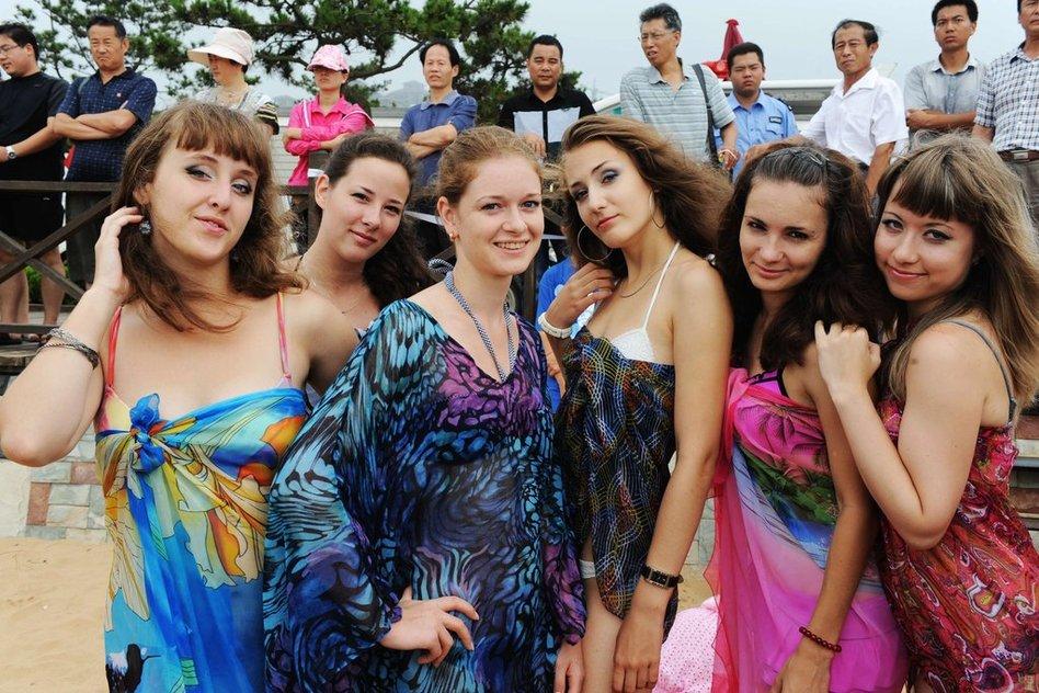 图为俄罗斯艺术团美女在山东青岛金沙滩第八届中国大