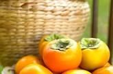 【柿子】 空腹时胃中含有大量胃酸,它易与柿子中所含的柿胶酚、胶质、果胶和可溶性收敛剂等反应生成胃柿石症,引起心口痛、恶心、呕吐、胃扩张、胃溃疡,甚至胃穿孔、胃出血等疾患。