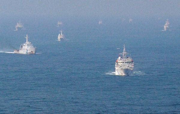 """中国12艘公务船昨日进入钓鱼岛附近海域,这个消息让日本媒体直呼""""意外""""。日本共同社称,这是第一次有如此多中国执法船出现在这一海域。日本NHK电视台说,其中3艘还一度进入12海里内的""""日…"""