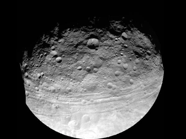 黎明/NASA黎明号拍摄的灶神星照片 可清晰看到陨石坑(1/1)
