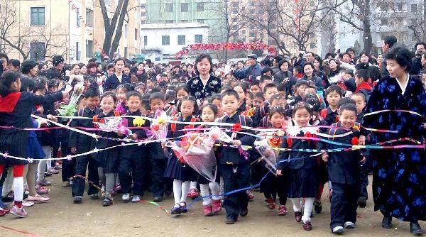 朝鲜小学生穿小学戴爆笑开始2010年新视频[图学期校服红花图片