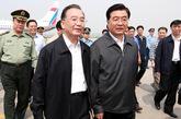 胡锦涛/胡锦涛乘飞机抵达四川绵阳,国务院总理温家宝到机场迎接。