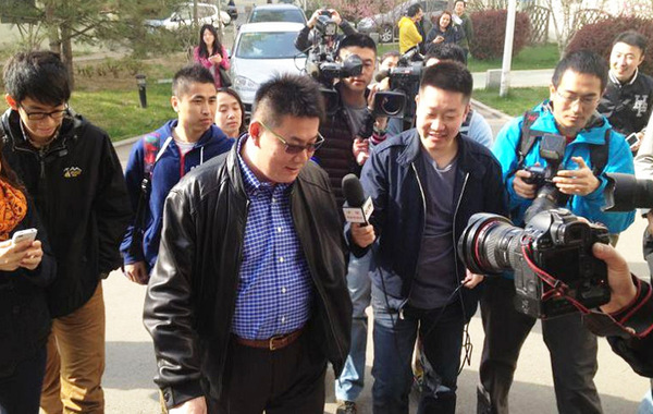 蔡斌抵达现场。(图片来源于微博)