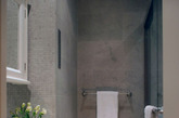 """卫浴空间太单调,想着""""改造""""?下面这位达人有妙招:1、替换掉空的台座型水盆,从而剔除掉杂乱感。2、选择一个外形酷,并与室内的整体风格相匹配的高一些的水盆,这样可以获得额外的空间。3、买一个小浴缸,也是一个很好的解决方案,特别是现在外面有很多别致的浴缸。(实习编辑卢雪花)"""
