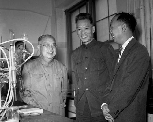 中国著名科学家钱学森从美国返国,在1955年10月12日到达上海.这