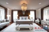 设计一间卧室,是把不同的元素组合起来,使卧室看上去更舒适、美观。卧室里的长凳,能对床脚空出来的部分进行改良,使卧室看起来更加高端,消除了空白位置的不适感。户主可依照自身喜好选用不同风格的长凳来装扮他们的卧室。除了美学,长凳还保证提供额外的座位和存储空间,非常实用。(实习编辑何丽晴)