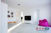 今天介绍的瑞典现代别墅建于2010年,是一座拥有近4000平方英尺的双层建筑。这么一个温馨的家庭住宅有多个休息室,5间卧室,3间浴室和露天厨房。内部面板是纯白的,与其他家居用品的不同色彩互相搭配组合,构成了一幅充满戏剧性但感官上又十分平衡的画面。(实习编辑何丽晴)