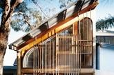 """房子原是位于悉尼近郊一座建于1970年的半独立小屋,两个楼层加起来仅有120平方米,平面的最宽处也只有3.7米。房子多年来经过多次翻新,其原有的 装饰细节大多被摒除,同时也给了新屋主做出改变的自由。John和Susanne将屋顶特别设计成斜坡,主要是出于为附近建筑保留采光的考虑。两间前室保 留了原有的格局,现在分别作为六岁的儿子Tom和三岁的女儿Ava的卧室。顺着门厅往前走,在原来的餐室和起居室的位置增设了一间浴室和一间厨房,两间房 间各有3米×3米的大窗户,引入自然光线和保持空气流通。墙壁及天花板的高度让长廊拥有了额外的光线,还""""借""""到了邻家树荫的景致。"""