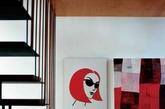 各个区域如日本便当盒一般精确地组装为一体,内部设计温暖而极富灵动性  通往悬浮楼梯的阶梯同时也是餐桌的座椅和储藏柜。墙上挂着澳大利亚艺术家Lucy Barker的《你总是认得出老情人》和Mark Gerada的一幅抽象派油画。