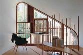 阅览区,屋顶斜坡下,一个紧凑的书房区俯瞰夹层上的后院。环绕窗户的南洋杉木沿着夹层的地板线构成了一张书桌。