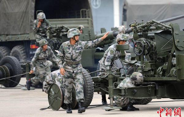 7月29日,中国人民解放军陆军第47集团军防空旅向中外记者开放,48家中外媒体的记者来到位于西安市临潼区驻地参观访问。图为高炮驶入场地展开训练。张远 摄…