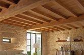 田园风格可以非常多样有趣,它很好的结合了其他装修风格的特点,使整体空间舒适宜人,所以这种风格经常在现代公寓的装修中得到体现。打造一个田园风格的客厅,首先可以用粗糙的石头或木材装饰出一个乡村风格的壁炉,然后铺贴上光滑的木质地板,再添加一些具有历史气息的家具,最后再根据自己的喜好在空间中摆放一些田园风格的装饰品,这样下来一个独具韵味的田园风格客厅就呈现在我们眼前了。(凤凰家居编译 实习编辑李丹)