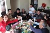 不求锦衣玉食,只求能和家人像这样快快乐乐的一起吃饭。