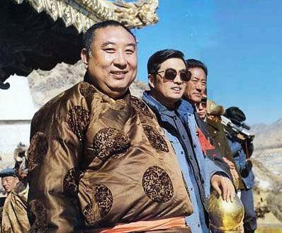 胡锦涛在西藏工作时与十世班禅合影。