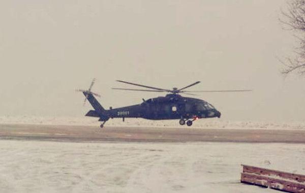 """今天上午11时20分许,填补国内空白型号的10吨级中型通用直升机""""直-20""""在东北北部某机场成功进行了首飞,直-20的成功首飞,预示着其将成为我国未来通用直升机装备的主力,从而真正的为中国陆军""""插上翅膀"""",并有可能发展成舰载机等型号。    中国陆军航空兵在组建之初仅以运输直升机为主,后来引进了少量""""小羚羊""""武装直升机,随后直-9系列也装备部队,但是作战模式长期停留在支援地面作战上,尚无法成为实施空中突击的主力。尽管直10、直19武装直升机的服役,大大扭转了中国陆航装备缺乏侦察和攻击直升机的局面,但中国一直缺乏一种10吨级的通用战术直升机来执行突击运输、空运及后勤支援任务。    从外形上看,直-20通用战术直升机外形比较类似中国进口的美制""""黑鹰""""S-70C-2直升机,但与黑鹰不同的是,直-20主旋翼采用五桨叶结构,具有更好的控制性和机动性;另外,直-20在机身和尾梁连接处,有较明显的过渡结构,猜测是对机舱的运输性能进行了优化。    直-20服役后,配合国产大型运输机运-20的投送能力,中国陆军力量能够迅速被投送到热点地区,并形成机动突击作战能力,如果未来中国海军能装备大型两栖突击舰,搭载直-20等机型后将能够更好的应对诸如岛礁冲突等风险。(来源:环球网)"""
