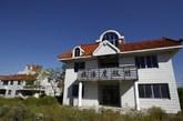 2013年9月26日,山东乳山,写着度假村字样的独栋别墅已经长了野草(实习编辑:容少晖)