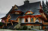 住在高楼林立的大都市,各种益处不言而喻,但有些时候,你是否还是会向往童话世界中造型独特的城堡,或是住着精灵巫师的小屋?这些造型奇特的建筑总能让人眼前一亮:小小的阁楼,尖尖的屋顶,诡秘或是仙境般的氛围,会令人遐想连篇。幸运地是,童话在现实世界也能找到自己的影子,下面,就带你环游世界,一睹真实世界中的童话仙境。(实习编辑李丹)