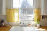 「咖啡帘」这种迷你版窗帘也常出现在欧美乡村里,厨房、餐厅的窗户彷佛穿上一件可爱的迷你裙,非常讨喜,也非常地道。 (按编: 咖啡厅为了防止顾客用餐时被阳光直射而使用的迷你窗帘,也常在出租车上看见)