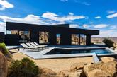 这是由著名设计创意总监 marc atlan和oller & pejic建筑工作室设计的住宅,住宅位于美国加利福尼亚州的约书亚树国家公园,建筑周围是开敞而广阔的自然景观,住宅体身为黑色,在周围都是黄色的环境中略显夺目,但是他还是非常的低调的,他全身置于巨石旁,不仅具有围合感,而且与巨石相得益彰,在日光的变化下,他的颜色以及明暗都在不断变化,宛如千变万化的美丽全景照片。(实习编辑李丹)