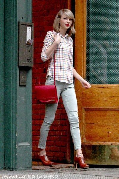 格子上衣搭配浅色裤装用红鞋和红包点缀,若少了这上下呼应的感觉,
