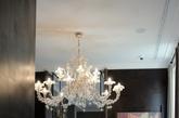 Promemoria似乎是唯一个混在米兰最著名的时装街Napoleone大街的家具品牌。大牌到不参加米兰展会,不参加米兰设计周Interni的活动、甚至有98%的中国参观者不知道它的存在。似乎它比Giorgetti、Mood更纯粹,比Maxalto、Armani Casa更东方,鸡翅木与古铜、牛皮相配,对手工艺术的有极高苛求,绝对的顶级定制产品。在Promemoria眼里没有流行,却一不小心引导了流行。酒香在巷里,真正的高标准定制产品的引导者!