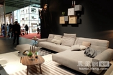 "Rolf Benz,德国最著名的沙发品牌。在沙发中的奢侈品,江湖地位很高。一度在德国奢侈品的排名,排在名车保时捷的前面。2014年恰好Rolf Benz成立50周年,以""半个世纪向往"" 的思考为主线是该品牌今年的主题。本人向来对德国的家具理念比较支持,但对家具款式实在有歧视和偏见。米兰展虽不像科隆展是Rolf Benz的主场,还好这次Rolf Benz的努力让我的观点有所改变!"