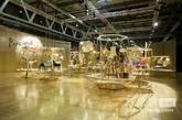 2014年的展会上,Kartell的创意十足。整个展厅像一个大花园,展台就像一个大花架。彩色透明的塑料材质在灯光下交相呼应,五彩缤纷。产品也从单纯的桌椅,逐渐往灯具、龙头、甚至生活用品及时装方面发展。踩着塑料材质的品牌特质,像泛家居业发展,同时今年Kartell又在卫浴馆与瑞士著名的洁具品牌LAUFEN联合,大举进攻卫浴行业。对于卫浴行业除了传统的陶瓷、可塑形强的人造石,现在又加入彩色绚烂的塑料,行业的跨界与重组让我们更加兴奋。