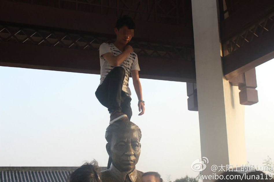 男子脚踩刘少奇塑像头部拍照 - 月  月 - 阳光月月(看新闻)