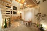 日式家居对空间的运用一贯都是充分而灵活的,这个案例的设计也不例外。设计师还为入门的空间打造一个充满日式风情的室内庭院,移步换景,让整个房子显灵动得淡雅。(实习编辑:胡嘉怡)