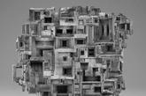 """这些超现实的黑白图片是由来自美国奥勒冈州的艺术家Jim Kazanjian 所制作的,他运用无比的想像力创造出这些奇形百怪的建筑物,并搭配在很诡谲的场景中! Jim 称这些作品为""""Hyper Collage """",顾名思义的,他是运用拼贴图片的方法来完成他的作品,首先他会先大量的在网路上浏览不同的图片,只要他觉得能从中找出灵感的他就会先存起来,之后再发挥想像力和艺术美感来拼贴完成每一幅作品,目前光搜集的图片就已经接近三万张了呢!(实习编辑:胡嘉怡)"""