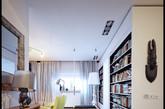 LOFT的空间有非常大的灵活性,人们可以随心所欲地创造自己梦想中的家、梦想中的生活,丝毫不会被已有的机构或构件所制约。黑色地板配上白色墙壁,深沉与纯洁的完美结合,再配上浅色沙发、木质暑假,使居者即使在繁华的都市中,也仍然能感受到身处郊野时那样不羁的自由。(实习编辑:庄沐林)