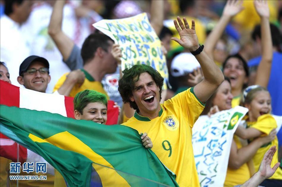 (世界杯)(9)足球——观众陆续抵达开幕式现场6月12日,巴西队