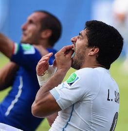 世界杯开赛最荒唐一幕 苏神背着裁判咬人