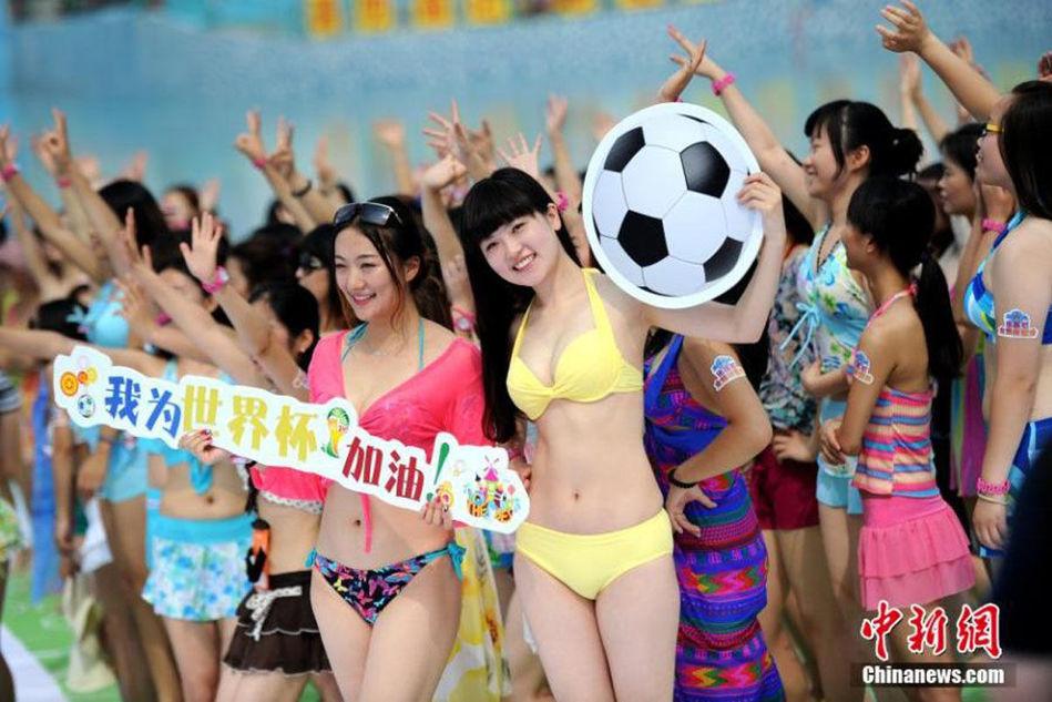 7月5日,近千名女孩身穿比基尼齐聚在西安一水上乐园,用青春