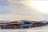 图为河池机场航站楼。在开工建设前,场址内有高高低低、大大小小山头65座,长短深浅不一的沟壑23道,一座山头被削降高度达70多米;同时,场址的三分之二面积都为填方,平均填方高度35米,最高填方126米。机场建成后,四周为高300米左右的悬崖和深沟。(实习编辑:辛莉惠)