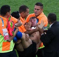 半裸球迷冲入赛场吻球员