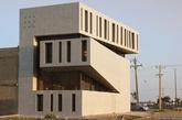 伊朗阿巴丹的一座公寓楼,由法斯哈德-梅蒂扎德赫建筑事务所设计。(实习编辑:温存)