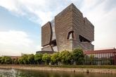 """苏州的西交利物浦大学中心楼坐落于该校北校区,大楼于2009年12月破土动工,2013年投入使用,容纳大学图书馆、行政中心、培训中心及学生活动中心,整体建筑面积约6万平方米。由英国凯达环球建设设计咨询有限公司设计,设计理念源于""""太湖石"""",整座大楼如太湖石般切片的空间分割,象征着知识碎片的独立与整合,大楼内部通透的空间设计与使用功能紧密衔接。(实习编辑:温存)"""