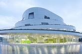 """据英国广播公司(BBC)报道,2014年世界建筑节奖决选名单已经新鲜出炉,共有来自50多个国家的建筑入围。其中,苏州的西交利物浦大学中心楼入围""""高等教育与研究""""奖项,广州的邦华琶洲项目入围办公楼单元。在10月于新加坡举行的为期3天的世界建筑节上,评委们将对入围建筑进行评判,决出优胜者。 日本新泻的Akiha Ward文化中心,由新居千秋都市建筑事务所设计,入围文化设施单元。(实习编辑:温存)"""