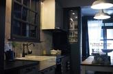 从事室内设计工作的Tom,在半年前将住了30 多年的老房子大翻修,脱胎换骨为英伦味十足的公寓。这次大改造后让他最满意的地方便是厨房了,半透明的折门,不仅能增加视觉穿透性,更能发挥空调及抽油烟机的最佳效能。这里像极了咖啡厅及艺廊。 Tom 也建议网友,利用零碎的公共空间安置书房及转角储物间,不仅能在小地方装点自己的家,更能大大提升居家收纳功能。(实习编辑:温存)