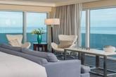 Eden Roc酒店迈阿密海滨卧室  如果你希望拥有一个无敌视野的落地窗,不妨参考一下Eden Roc酒店迈阿密海滩一角的这个海滨房间,让海洋将成为主角,保持室内色彩的简单是房间设计的关键。(实习编辑:温存)