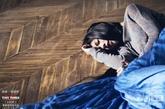 做旧地板:南湘穿着蓝色长裙,躺在地上哭泣的一幕想必让不少人都心生怜悯。没有抛光过的地板呈现出一种原始的复古感,仿佛还能闻到原木的气味,置身其中会倍感舒适。