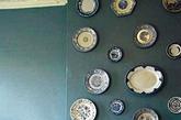 精致挂饰:女生总是喜欢各种各样的精致小物品,贴满便利贴的备忘板,简单的金属挂钩,甚至充满艺术气质的挂墙装饰,都能够为乏味的空间增添活力,让生活变得自然有趣。