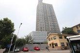 """据公开资料显示,瑞尔大厦高23层共108米,当时由南京雨花台区发展计划与经济局于2004年牵头,雨花台区赛虹桥街道办事处配合,由南京瑞尔集团出资亿元,计划打造""""宁南第一高楼""""。但是开工后,其一直没有取得规划及国土等部门的相关许可证,变身违建。"""
