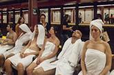 """据英国《每日邮报》报道,美国著名搞笑团体Improv Everywhere因纽约地铁站炎热而萌生了在地铁站内""""安装""""桑拿浴室的想法。"""